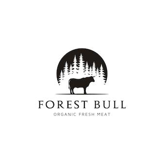 Siluetta del toro della buffalo del bestiame della mucca di angus alla foresta sempreverde dell'albero della conifera dell'abete di pino