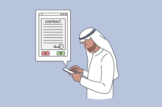 Concetto online di contratti commerciali arabi. personaggio dei cartoni animati dell'uomo d'affari dell'emirato arabo in piedi con lo smartphone alla ricerca di informazioni sul contratto di accordo nell'illustrazione vettoriale di internet