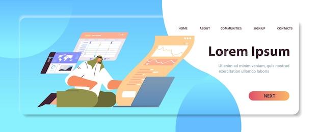 Uomo d'affari arabo che monitora i dati finanziari uomo d'affari che analizza i grafici e il concetto di borsa valori a figura intera orizzontale copia spazio illustrazione vettoriale