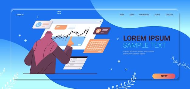 Uomo d'affari arabo che monitora il mercato azionario finanziario analizzando i grafici e il concetto di borsa valori ritratto orizzontale copia spazio illustrazione vettoriale