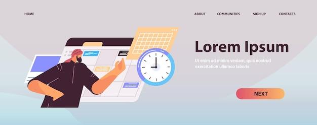 Uomo d'affari arabo pianificazione giorno pianificazione appuntamento nel calendario online app agenda piano riunioni gestione del tempo scadenza concetto copia spazio illustrazione vettoriale