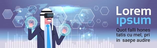Uomo d'affari arabo in vr glasses facendo uso dell'interfaccia dello schermo di digital con il fondo della mappa di mondo concetto di tecnologia di realtà virtuale