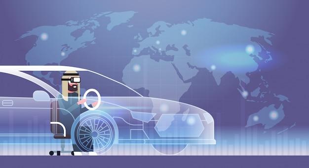 Uomo d'affari arabo che indossa i vetri di 3d moderni che determinano concetto di tecnologia della cuffia avricolare dell'innovazione di vr dell'automobile virtuale
