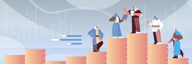 Uomini d'affari arabi in piedi sulla colonna del grafico concetto di leadership del lavoro di squadra a figura intera orizzontale illustrazione vettoriale