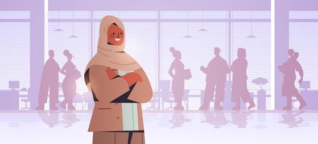 Leader arabo imprenditrice in piedi di fronte a sagome di imprenditori business concorrenza leadership concetto ufficio illustrazione interni
