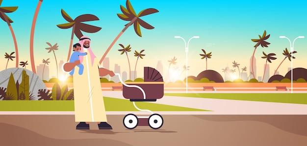 Padre arabo che cammina all'aperto con piccolo figlio figlio paternità genitorialità concetto papà trascorrere del tempo con il suo bambino paesaggio urbano sfondo orizzontale a figura intera illustrazione vettoriale