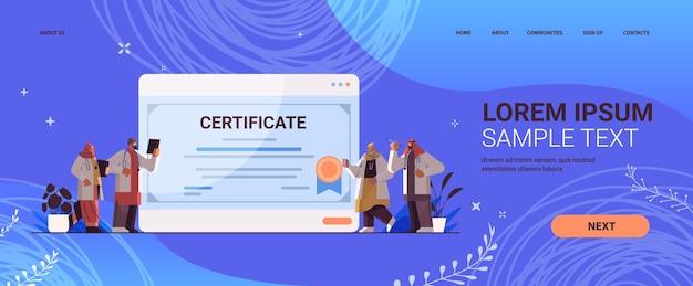 Medici laureati arabi in possesso di certificato laureati arabi che celebrano diploma accademico laurea concetto di educazione medica universitaria orizzontale a figura intera copia spazio illustrazione vettoriale