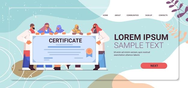Medici laureati arabi in possesso di certificato laureati arabi che celebrano il diploma accademico