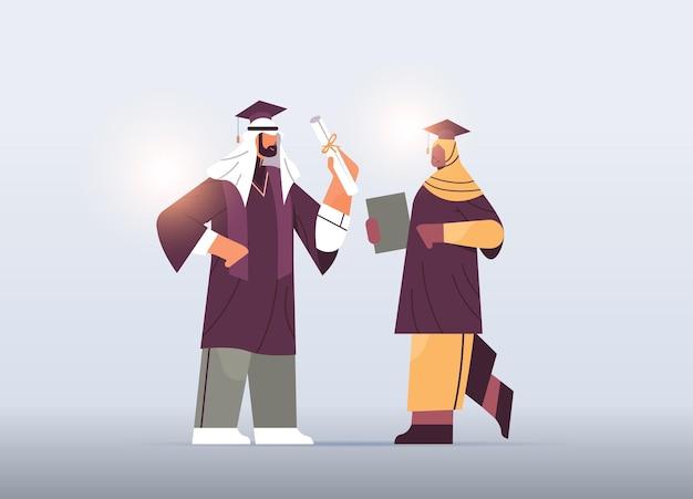 Studenti laureati arabi coppia di laureati arabi che celebra l'istruzione di diploma accademico