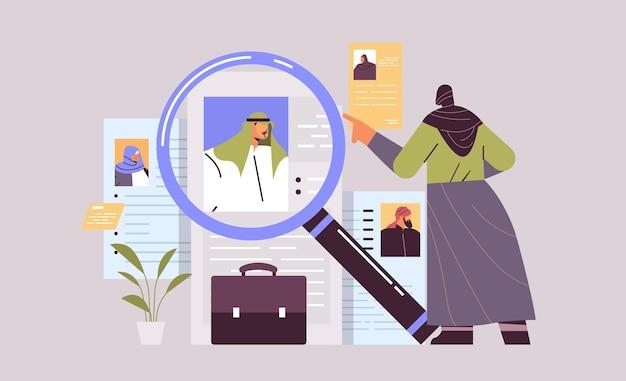 Arab hr manager che sceglie curriculum vitae con foto e informazioni personali dei candidati al lavoro dei nuovi dipendenti