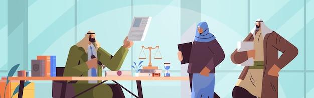 Arabi che visitano l'ufficio di un avvocato per firmare e legalizzare documenti che timbrano documenti legali notarili