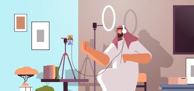 Podcast arabo che parla con microfono registrando video blog in studio podcasting radio online che trasmette live streaming
