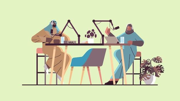 Podcaster arabi che parlano con i microfoni che registrano podcast in studio podcasting concetto di trasmissione radiofonica online uomo in cuffia intervistando donna illustrazione vettoriale orizzontale a tutta lunghezza