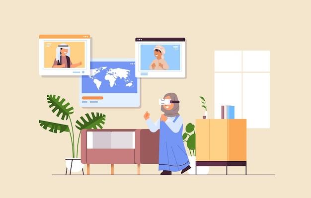 Studentessa araba che indossa l'auricolare vr scolari arabi nelle finestre del browser web che discutono durante la videochiamata illustrazione vettoriale a figura intera orizzontale