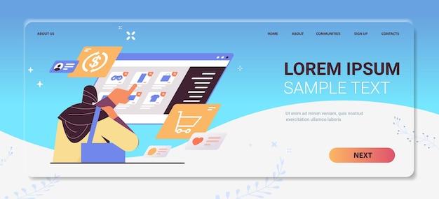 Donna araba che sceglie articoli sullo schermo virtuale concetto di shopping online ritratto copia spazio orizzontale illustrazione vettoriale