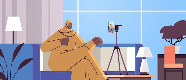 Donna araba podcaster blogger registrazione video blog podcasting trasmissione live streaming blogging concept