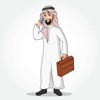 Personaggio dei cartoni animati di uomo d'affari arabo in vestiti tradizionali parlando sullo smartphone e che tiene una valigetta su priorità bassa bianca