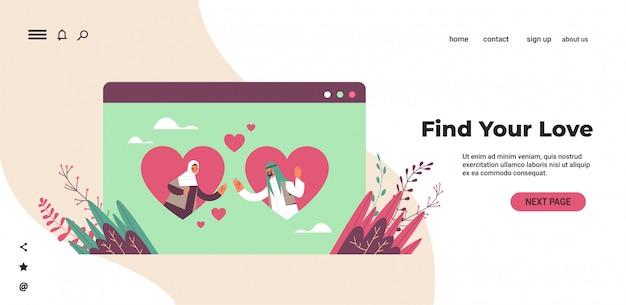 Donna araba dell'uomo che chiacchiera nelle coppie arabe di app online di datazione con i cuori nell'illustrazione orizzontale dello spazio della copia del ritratto di concetto di comunicazione di relazione sociale della finestra del browser web
