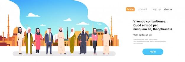 Gruppo di persone arabe sul paesaggio urbano musulmano. pagina di destinazione o modello web con illustrazione