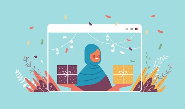 Donna araba che celebra in linea la festa di compleanno celebrazione auto isolamento quarantena