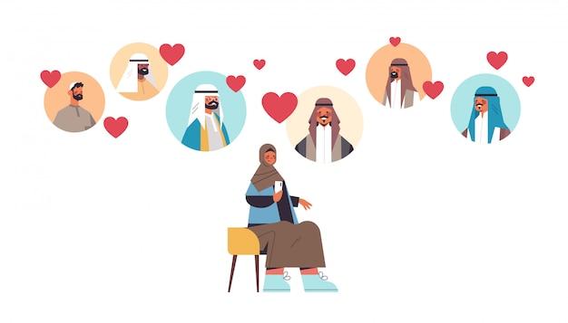 La donna araba che chiacchiera con gli uomini nella comunicazione online di relazione sociale di riunione di app di incontri online trova l'illustrazione integrale orizzontale isolata concetto di amore