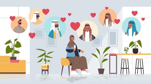 La donna araba che chiacchiera con gli uomini nella comunicazione online di relazione sociale della riunione di app di incontri online trova l'illustrazione integrale orizzontale interna del salone di concetto di amore
