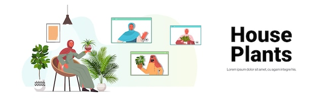 Donna araba che si prende cura di piante d'appartamento che hanno riunione virtuale con ragazze arabe durante la videochiamata soggiorno interno copia spazio orizzontale