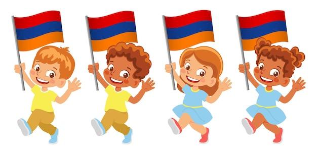 Bandiera dell'armenia in mano. bambini che tengono bandiera. bandiera nazionale dell'armenia