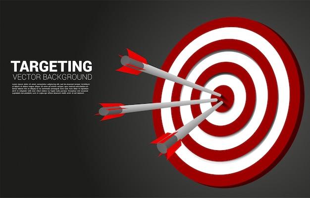 Tiro con l'arco della freccia colpito al centro del bersaglio. concetto di business dell'obiettivo e del cliente di marketing. missione e obiettivo della visione aziendale.