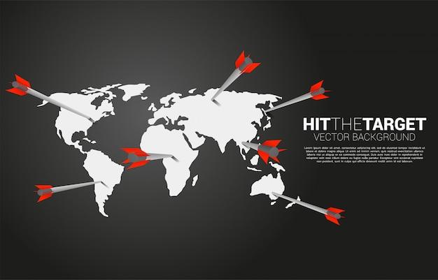 Colpo di tiro con l'arco della freccia sul globo. concetto di business dell'obiettivo e del cliente di marketing globale. missione e obiettivo della visione aziendale.