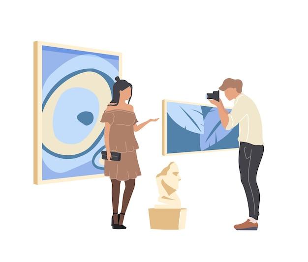Personaggi senza volto di colore piatto turistico della galleria d'arte. uomo donna fotografia con materiale illustrativo. il capolavoro culturale mostra l'illustrazione isolata del fumetto per il web design grafico e l'animazione