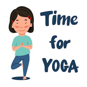 Una ragazza asiatica sta con la gamba piegata. il bambino è impegnato nello sport. tempo per lo yoga.