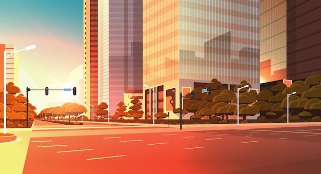 Strada asfaltata con segnaletica frecce segnali stradali
