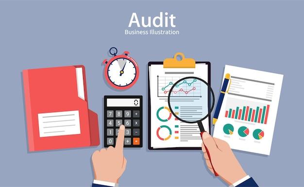 Concetti di auditing, revisore al tavolo durante l'esame del rapporto finanziario, ricerca, gestione del progetto, pianificazione, contabilità, analisi, dati