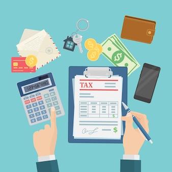 I revisori stanno calcolando e compilando un modulo fiscale per le imprese finanziarie