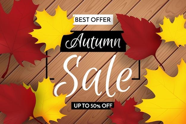 Bandiera di vendita di autunno con foglie per lo shopping vendita o poster promozionale su fondo di legno