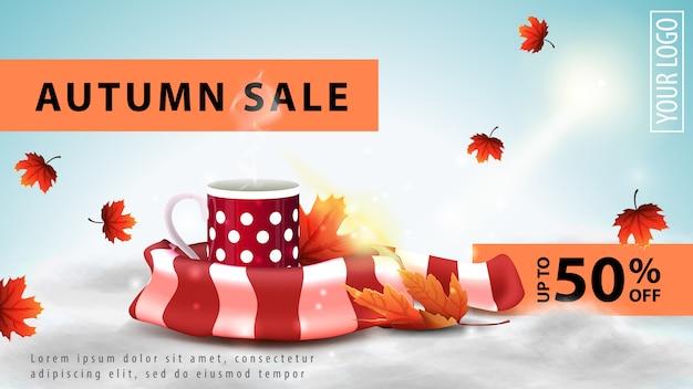 Saldi autunnali, banner web leggero scontato per il tuo sito web con una tazza di tè caldo e sciarpa calda