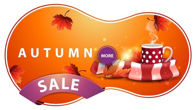 Saldi autunnali, banner sconto arancione moderno con una tazza di tè caldo e sciarpa calda