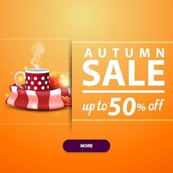 Saldi autunnali, banner quadrato per il tuo sito web, pubblicità e promozioni con una tazza di tè caldo e sciarpa calda