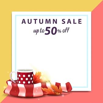 Vendita d'autunno, modello per banner sconto sotto forma di un foglio di carta con una tazza di tè caldo