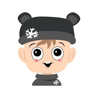 Avatar di un bambino con grandi occhi e un ampio sorriso in un cappello da orso con un fiocco di neve un bambino carino con un gio...