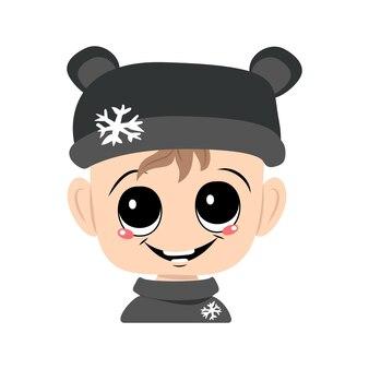 Avatar di un bambino con grandi occhi e un ampio sorriso in un cappello da orso con un fiocco di neve. un bambino carino con un viso gioioso in un copricapo autunnale o invernale. testa di bambino adorabile con emozioni felici