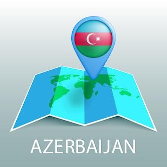 Mappa del mondo di bandiera dell'azerbaigian nel perno con il nome del paese su sfondo grigio