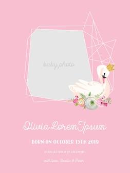 Annuncio di arrivo del bambino con illustrazione di bellissimo cigno, posto per foto e nome del bambino, biglietto di auguri o invito, cornice floreale geometrica in vettoriale