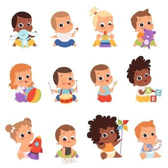 Personaggi del bambino. bambini appena nati che giocano i giocattoli infanzia felice piccoli bambini piccoli. illustrazione bambino neonato con orsacchiotto, giocando bambino