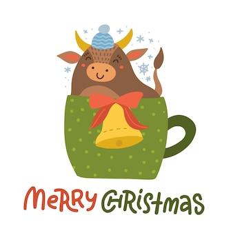 Baby cow bull simpatico personaggio simbolo dell'anno bue seduto con campana in tazza verde per bevanda calda con un fiocco di neve.