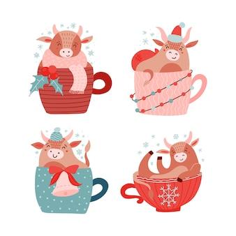 Baby mucca o toro seduto con bacche di agrifoglio, campana e ghirlanda leggera in tazza rossa