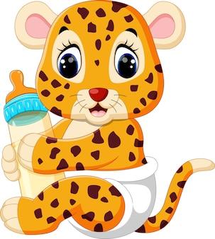 Leopardo del bambino che tiene la bottiglia per il latte