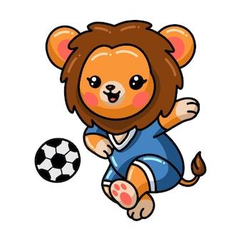 Cartone animato leone bambino che gioca a calcio isolato su bianco