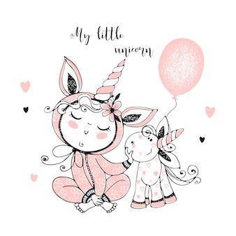 Bambino in pigiama con il suo giocattolo di unicorno. è ora di dormire.